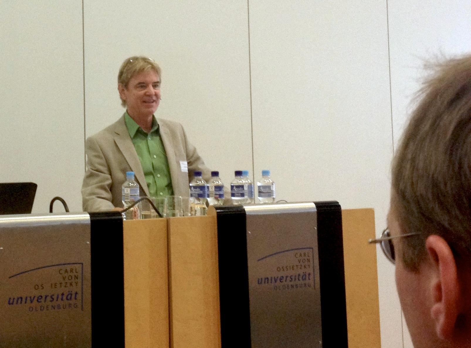 John Hattie als Redner bei der Buchvorstellung der deutschen Ausgabe der Hattie-Studie Visible Learning - Lernen sichtbar machen.